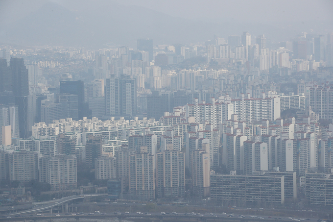 This photo, taken March 21, 2021, shows apartment buildings in Seoul. (Yonhap)