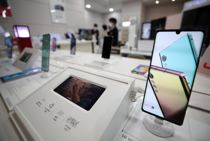 This photo taken on Monday, shows LG Electronics Inc.'s Velvet smartphone displayed at a store in Seoul. (Yonhap)