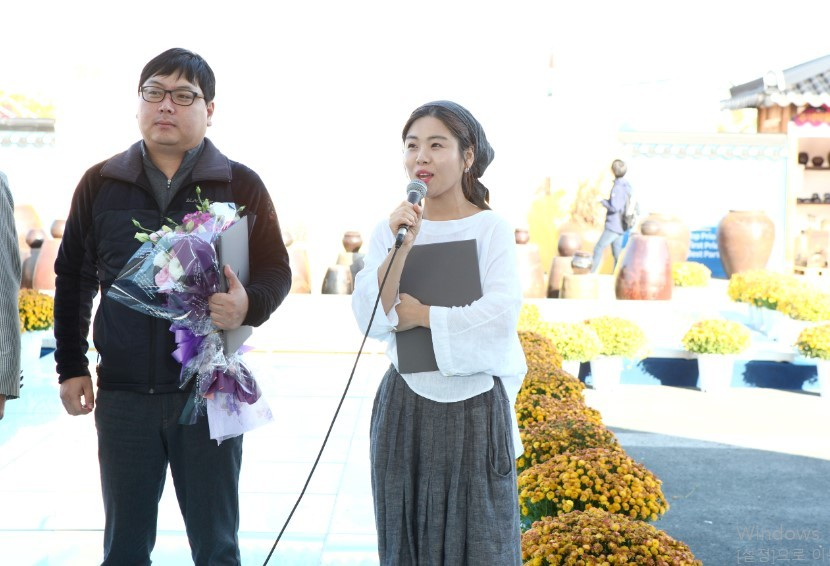 Bittelock Agricultural Corporation CEO Choi Yoon-hee (right) receives a prize at the 2014 Jeonju International Fermented Food Expo for Yakcho-Anak. (Photo credit: Yakcho-Anak)