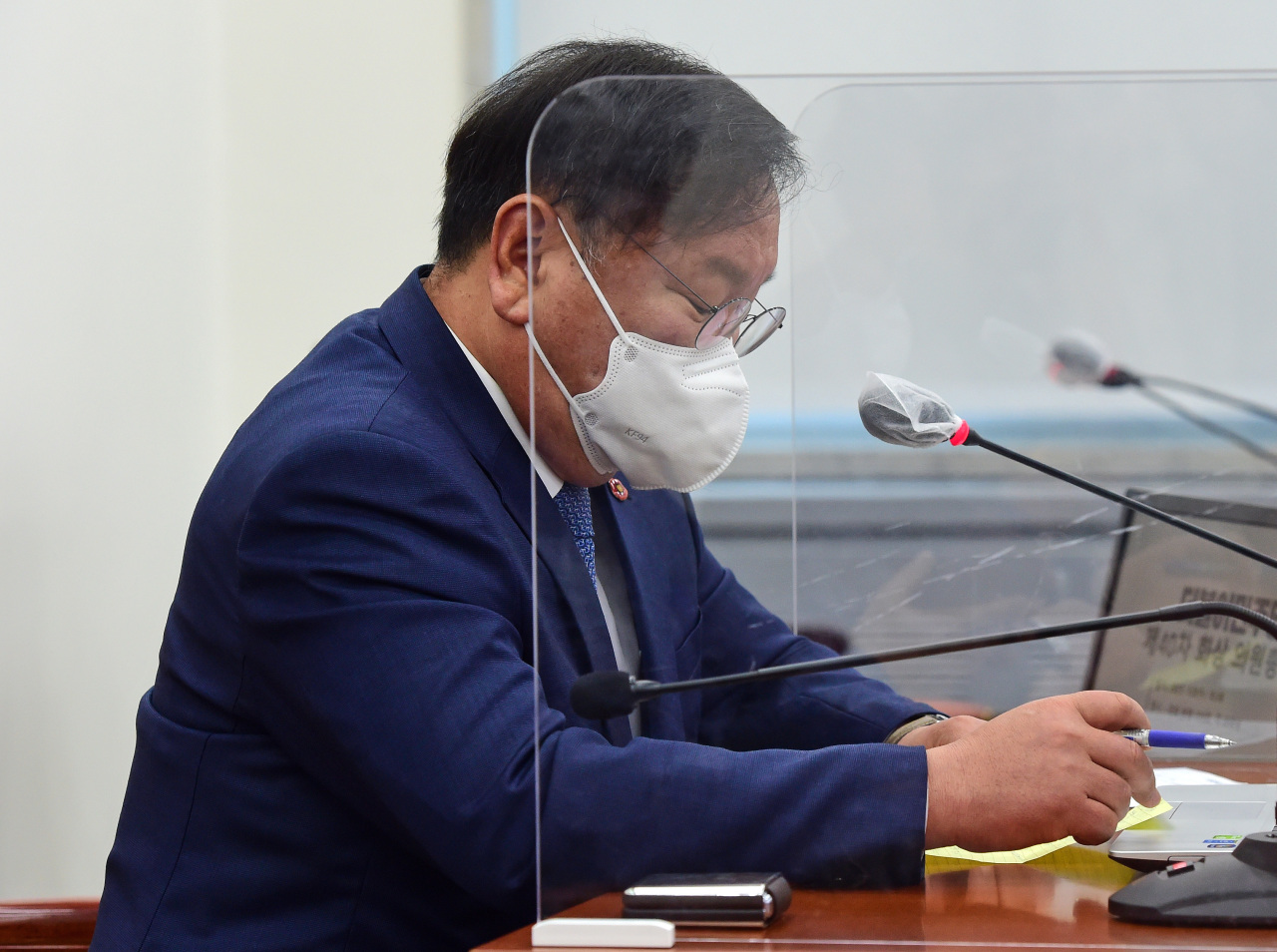 Kim Tae-nyeon, acting chief and floor leader of the ruling Democratic Party, attends an emergency meeting of the party's lawmakers at the National Assembly on Thursday. (Yonhap)