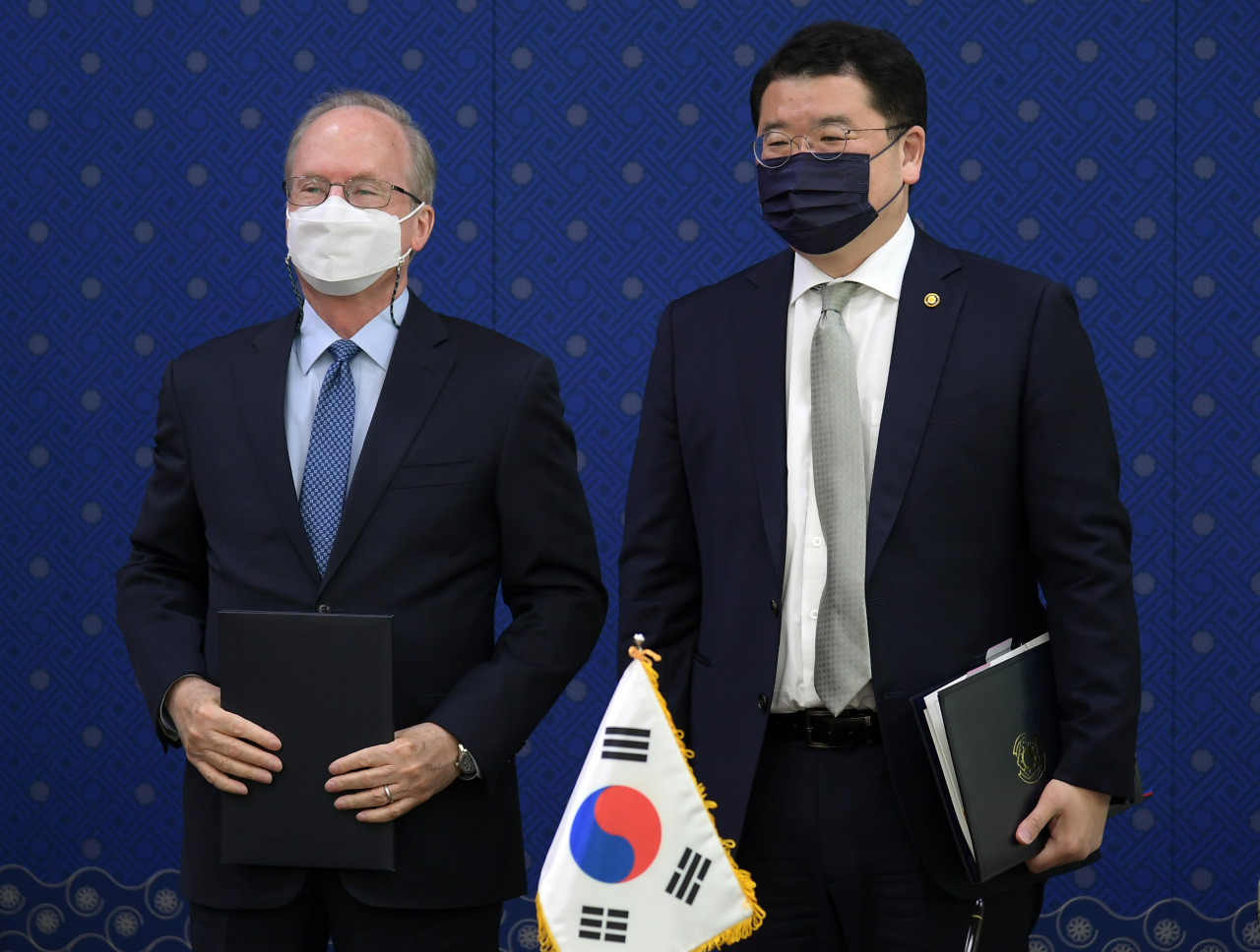 South Korean First Vice Foreign Minister Choi Jong-kun (right) and Rob Rapson, acting US ambassador to Korea, pose for a photo after they sign the 11th Special Measures Agreement on sharing the cost for stationing the US Forces Korea at the Foreign Ministry in Seoul on Thursday. (Yonhap)