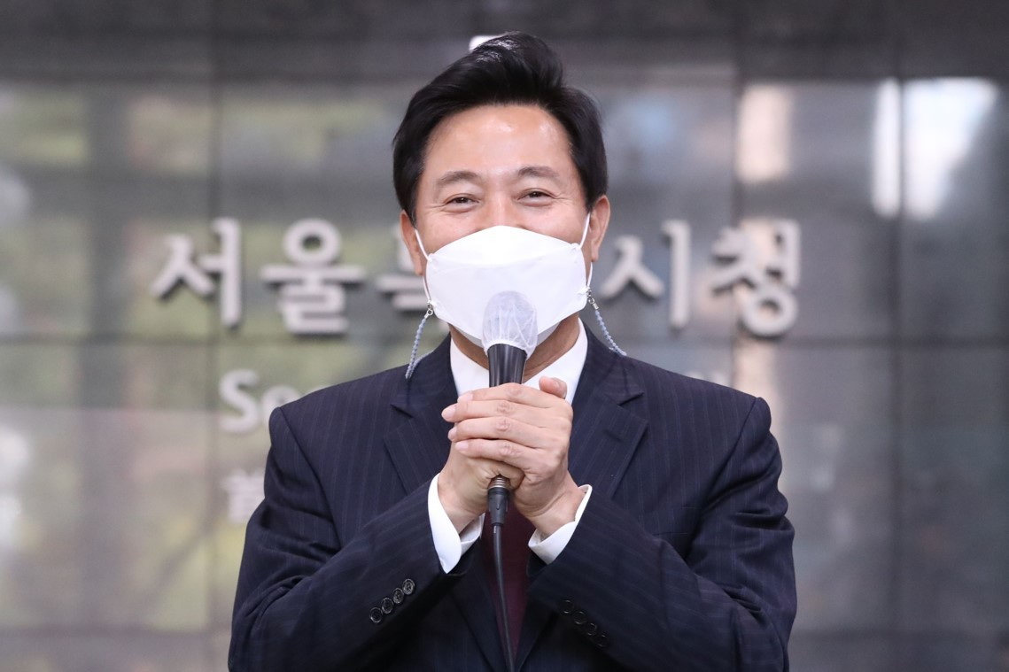 Seoul Mayor Oh Se-hoon speaks after arriving for his first day of work at Seoul City Hall on Thursday morning. (Yonhap)