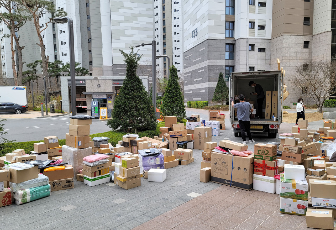 Packages are left near the entrance of an apartment complex in eastern Seoul last Friday. (Yonhap)