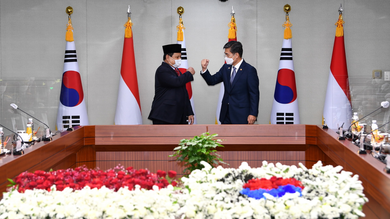 Defense Ministers Suh Wook (right) and Prabowo Subianto do a fist bump before their talks in Seoul, Thursday. (Ministry of National Defense)