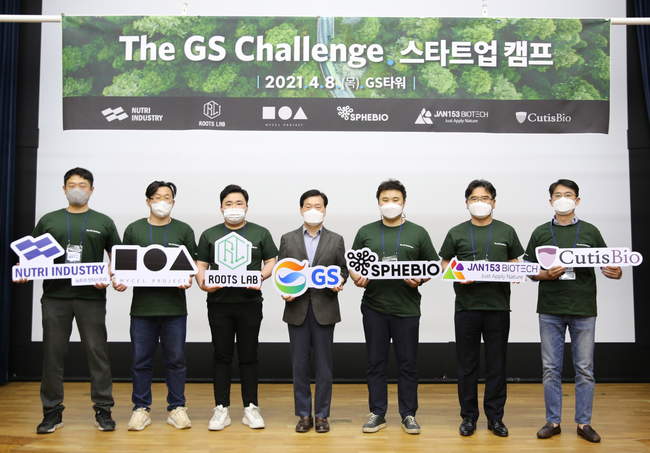 GS Holdings CEO Hong Soon-ky (center) poses with CEOs of startups that are part of the GS Challenge at Thursday's launch event. (GS)