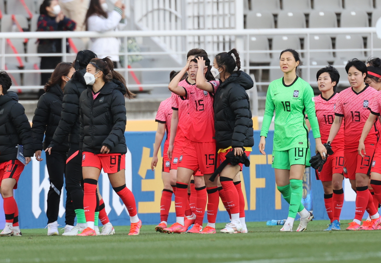 South Korean players react to their 2-1 loss to China in the teams' Olympic women's football qualifying match at Goyang Stadium in Gyeonggi Province on Thursday. (Yonhap)