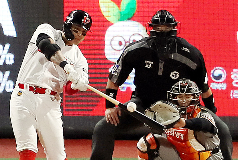 Choo Shin-soo of the SSG Landers hits a solo home run off Nick Kingham of the Hanwha Eagles in the bottom of the third inning of their Korea Baseball Organization (KBO) regular season game at Incheon SSG Landers Field on Thursday. (Yonhap)