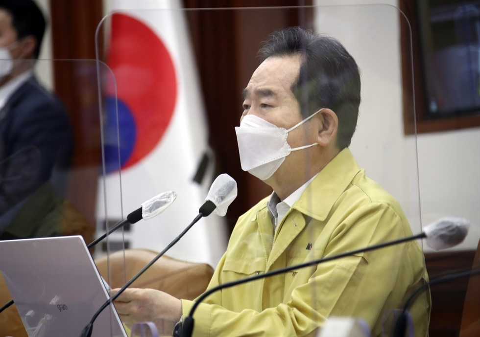 Prime Minister Chung Sye-kyun presides over a virtual anti-COVID-19 meeting at the Central Disaster and Safety Countermeasures Headquarters in Seoul last Thursday. (Yonhap)