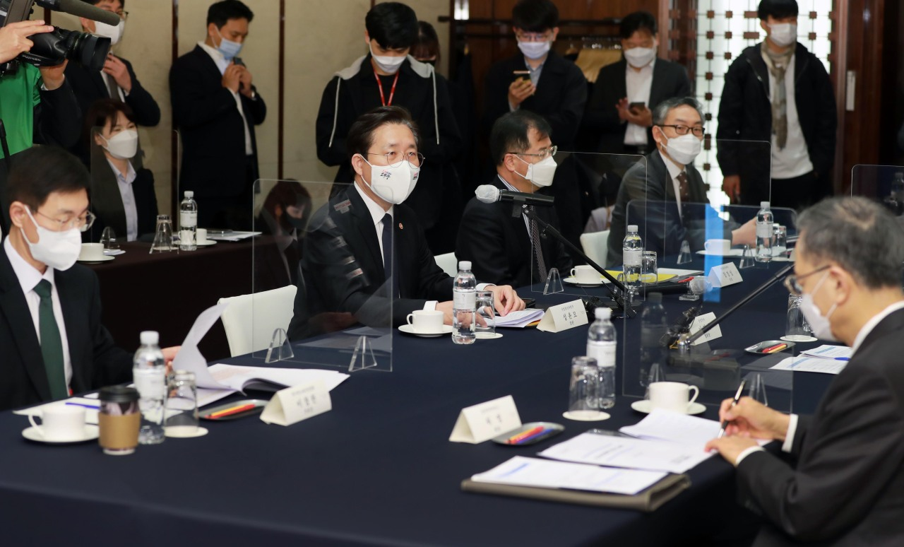Industry Minister Sung Yun-mo (center, second from left) attends a conference held at the Westin Chosun in central Seoul, Friday.