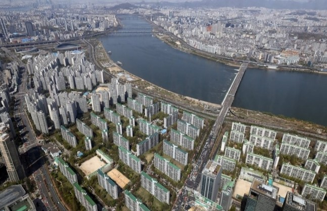 Apartments along Han River are seen from the observatory of Lotte World Tower in Seoul. (Yonhap)