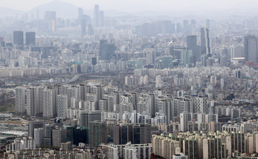 Apartment complexes in Seoul are seen from the fortress Namhansanseong. (Yonhap)