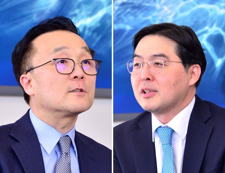 Bae, Kim & Lee managing partners Sky Yang (left) and Choi Seung-jin speak during an interview at the firm's headquarters in central Seoul. (Park Hyun-koo/The Korea Herald)