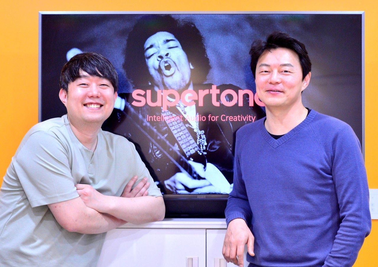 Supertone CEO Lee Kyo-gu (right) and COO Choi Hee-doo pose for picture at a co-working space inside Pangyo 2nd Techno Valley in Gyeonggi Province, on March 29. (Photo by Park Hyun-Koo/ The Korea Herald)