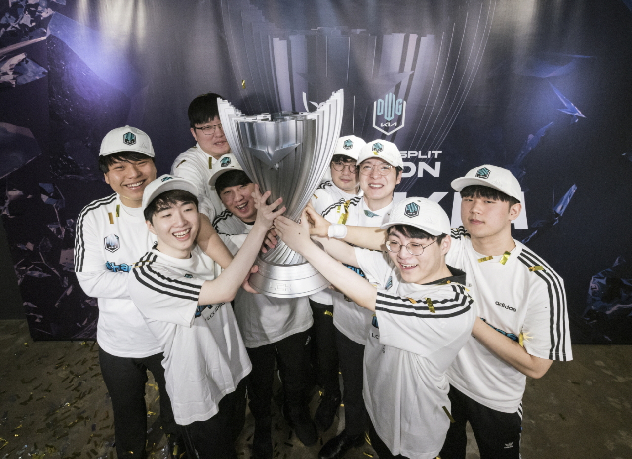 DWG Kia hoists the LCK trophy after winning against Gen.G Esports 3-0 on Saturday. (Riot Games)