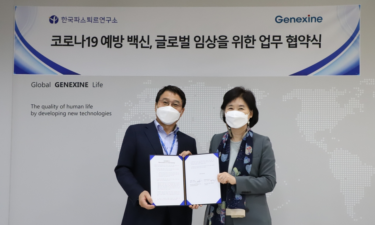 Genexine's CEO Sung Young-chul (left) and Institut Pasteur Korea CEO Jee Young-mee pose for a picture after signing a memorandum of understanding. (Institut Pasteur Korea)