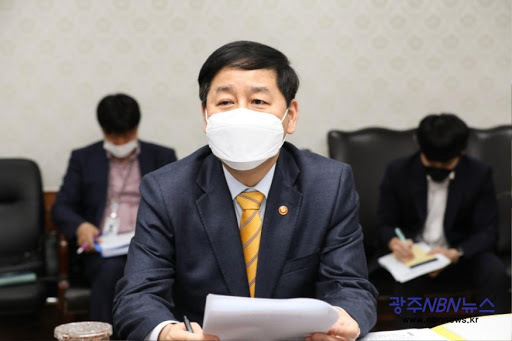 This file photo provided by the prime minister's office shows Koo Yoon-cheol, head of South Korea's Office for Government Policy Coordination, presiding over an interagency meeting at the government complex in Seoul on April 2, 2021. (Prime Minister's office)