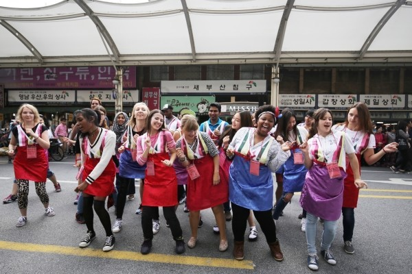 Travelers participate in an event hosted by the Korea Tourism Organization at Seomun Market in Daegu in 2015. (KTO)