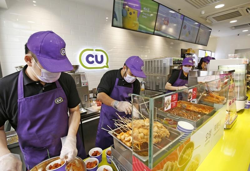 CU employees prepare Korean food items at the first CU convenience store in Kuala Lumpur, Malaysia. (BGF Retail)