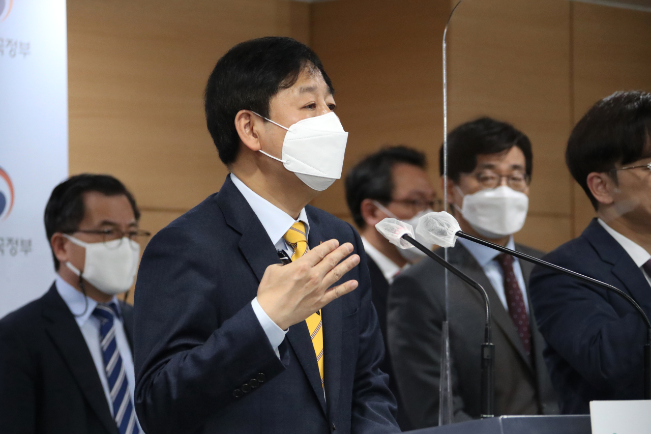 """Koo Yoon-cheol, head of the Office for Government Policy Coordination, announces the South Korean government's official response to the Japanese government's decision to release wastewater from the Fukushima nuclear station after finishing a vice ministerial meeting on the issue Tuesday. Japanese Prime Minister Yoshihide Suga announced hours earlier that Japan will start releasing wastewater from Fukushima in the next two years, as the move is """"unavoidable in order to achieve Fukushima's recovery."""" (Yonhap)"""
