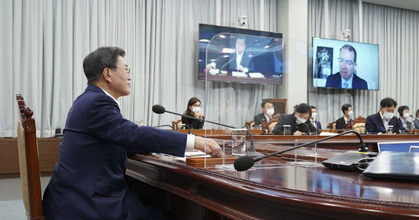 President Moon Jae-in (L) talks with Moderna CEO Stephane Bancel (on the monitor) via video conference at the presidential office in Seoul on Dec. 28, 2020, in this photo provided by the office. (Presidential office)