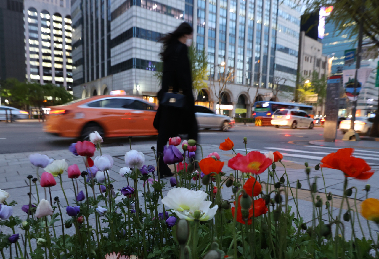 A citizen wearing a coat walking in Jongro, Seoul late afternoon on Tuesday. (Yonhap)