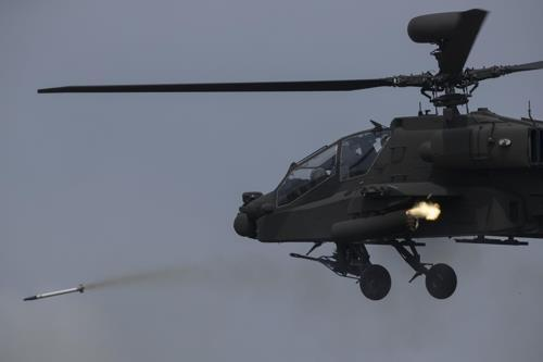 An AH-64E Apache Guardian attack helicopter of the South Korean Army fires a rocket during a joint drill with the US military at a training field in Pocheon, Gyeonggi Province, on April 26, 2017. (Yonhap)
