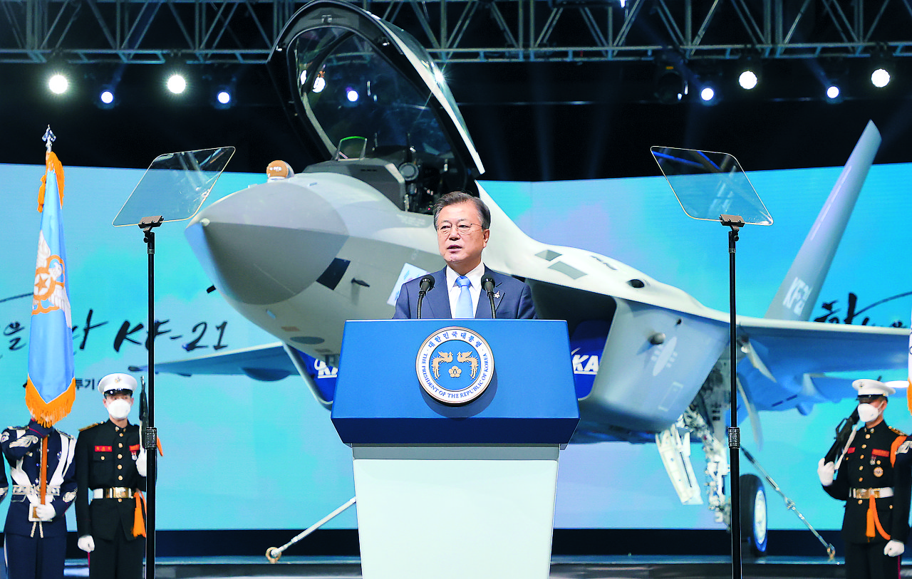 President Moon Jae-in delivers a speech at the unveiling ceremony of the KF-21 Boramae on Friday. (Yonhap)