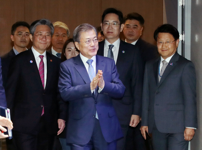 South Korean President Moon Jae-in visits Samsung Electronics' semiconductor business headquarters in Hwaseong, Gyeonggi Province, in 2019. (Yonhap)