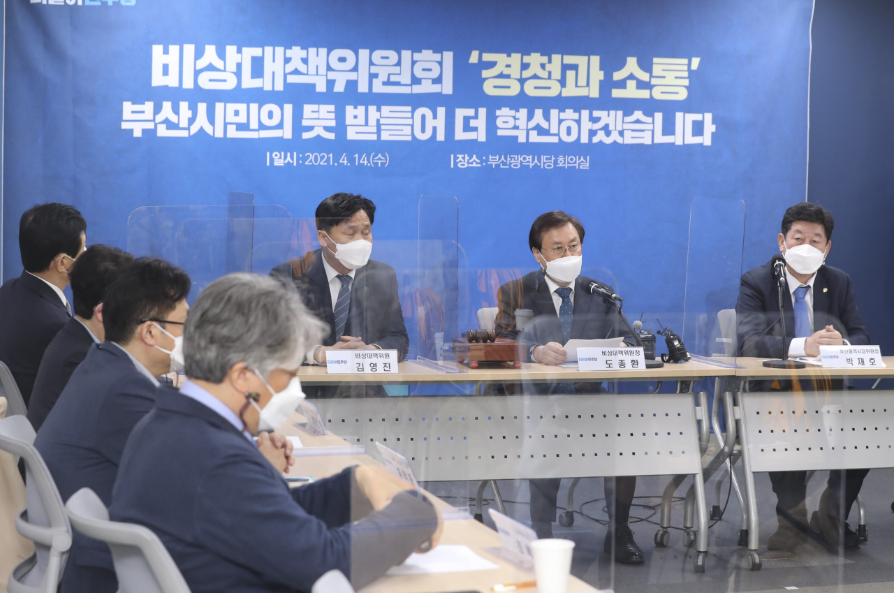 Rep. Do Jong-hwan (2nd from R), the head of the ruling Democratic Party's emergency response committee, speaks during a local party meeting held in the southeastern port city of Busan on Wednesday. (Yonhap)