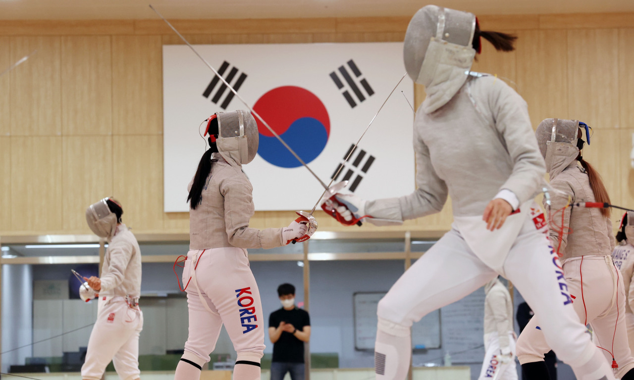 South Korean fencers train at the Jincheon National Training Center in Jincheon, 90 kilometers south of Seoul, on Wednesday. (Yonhap)