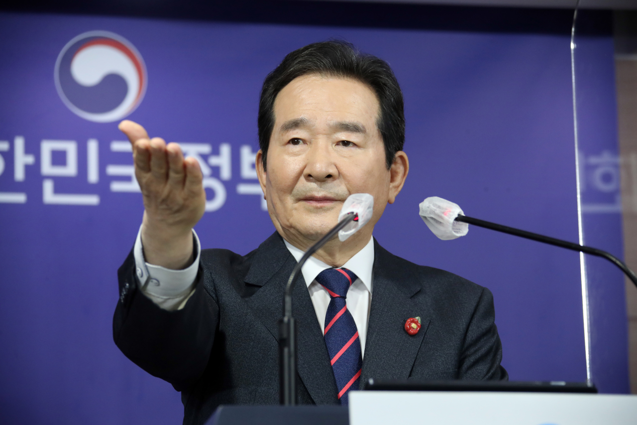 This file photo shows Prime Minister Chung Sye-kyun gesturing to a reporter during a press conference at the government complex in Seoul on April 1, 2021. (Yonhap)