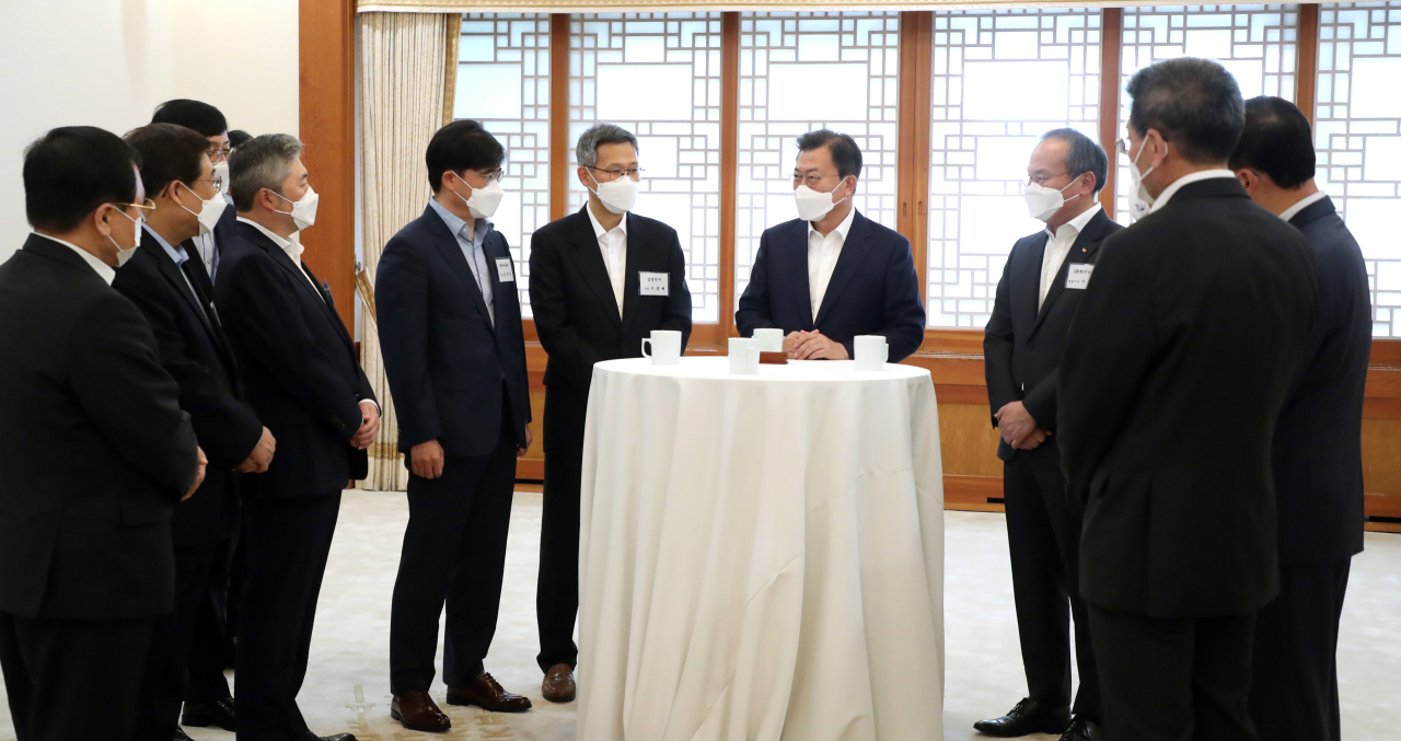 President Moon Jae-in speaks with attendees of a meeting with economy-related ministers and CEOs of leading companies at Cheong Wa Dae on Thursday. (Yonhap)