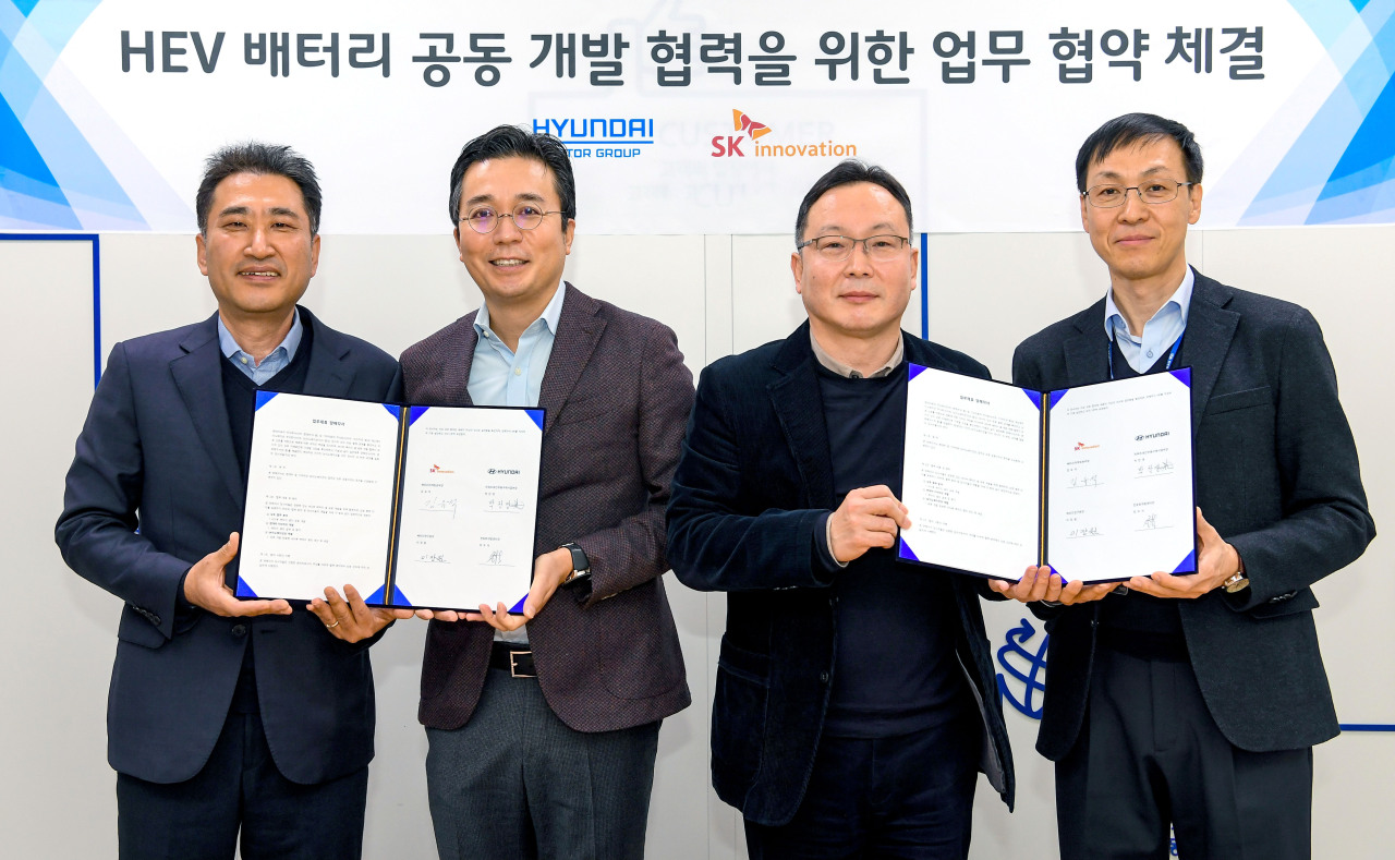 From left are Choi Woo-suk, head of the Electrification Development Center at Hyundai Motor Group; Kim Yoo-suk, head of SK Innovation's battery marketing division; Park Chan-young, executive coordinator within the powertrain auto parts purchasing division at Hyundai Motor Group; and Lee Jang-won, director of SK Innovation's battery research institute. (Hyundai Motor Group)