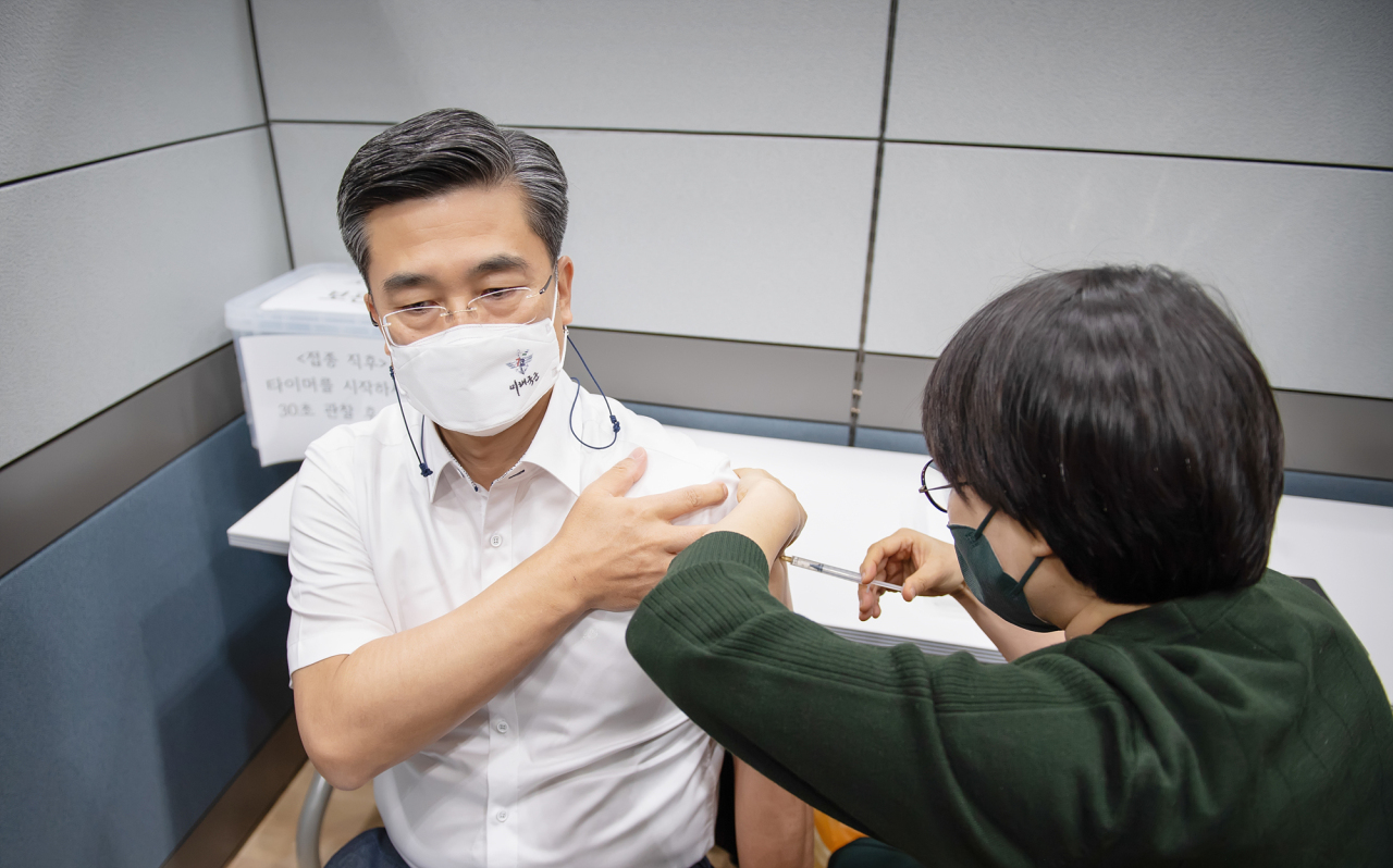 Defense Minister Suh Wook receives his first dose of AstraZeneca's COVID-19 vaccine at the Armed Forces Capital Hospital in Seongnam, April 16, 2021. (Ministry of National Defense)