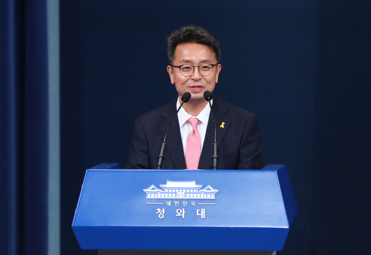 Lee Cheol-hee, new senior presidential secretary for political affairs, speaks to reporters at the Chunchugwan press room of Cheong Wa Dae in Seoul on Friday. (Yonhap)