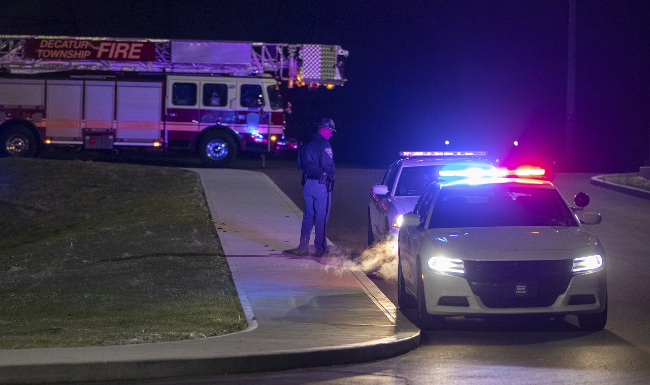 Police and fire teams arrive at the scene outside a FedEx facility in Indianapolis where multiple people were reportedly shot at the FedEx Ground facility early Friday, April 16, 2021, in Indianapolis, Indiana. Multiple people were shot and killed in a late-night shooting at a FedEx facility in Indianapolis, and the shooter killed himself, police said. (AP-Yonhap)
