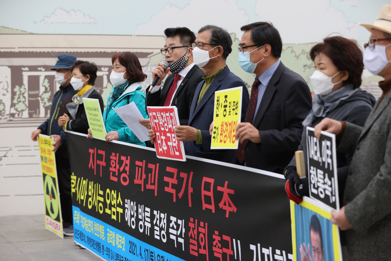 Civic groups, including the Global Econet, hold a press conference at Gwanghwamun Square in Seoul on Saturday, to call for Japan to retract its decision to release radioactive water from the crippled Fukushima nuclear power plant. (Yonhap)