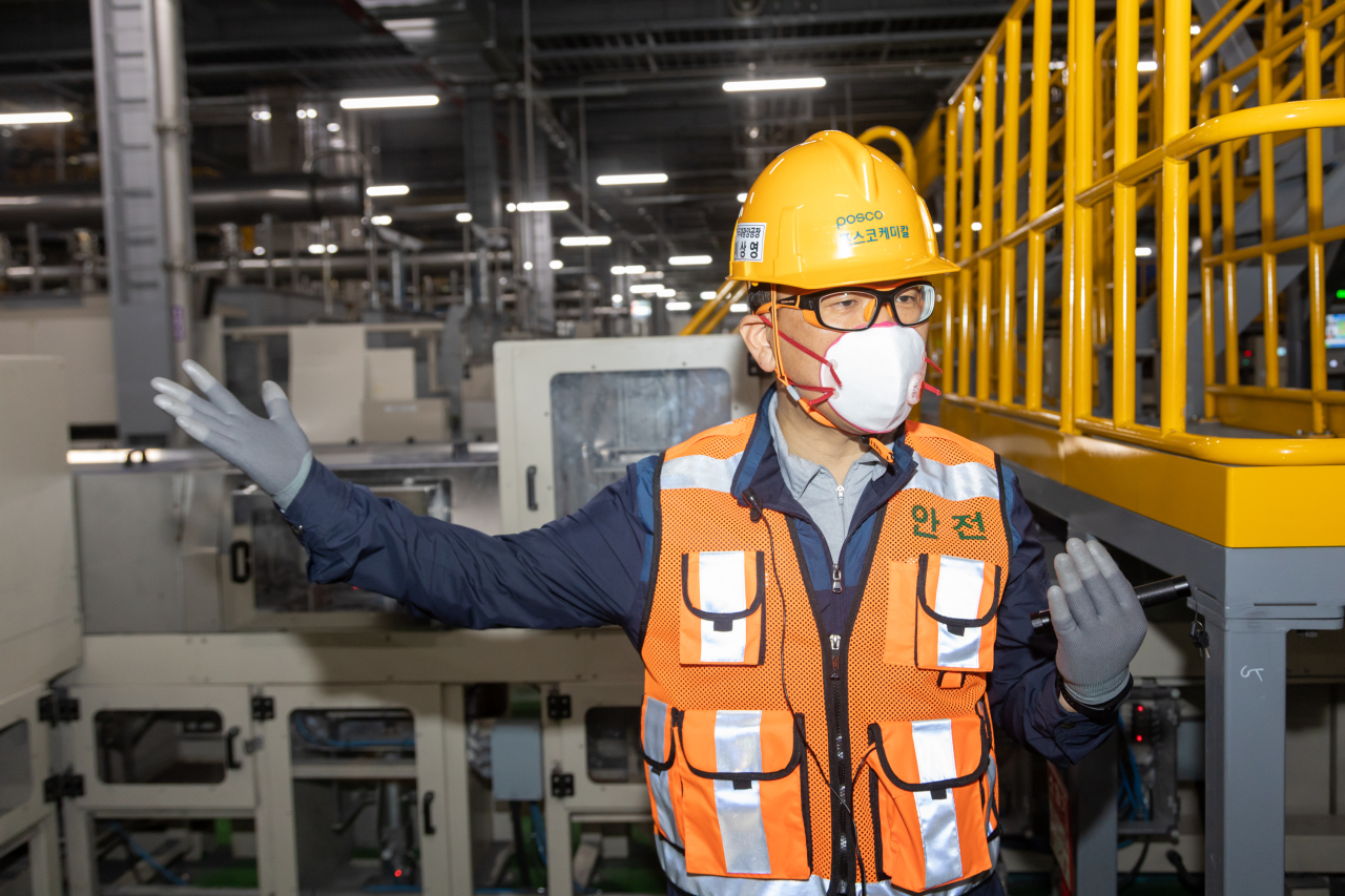 Lee Sang-young, plant leader of Posco Chemical's Gwangyang plant, explains the manufacturing process of cathodes to reporters during a press tour. (Posco Chemical)