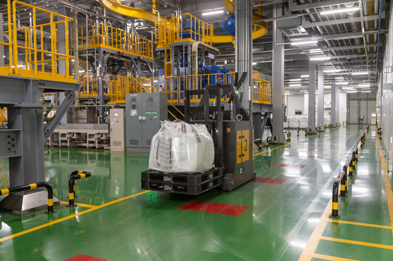 An automated guided vehicle transports bags of raw materials for cathodes. (Posco Chemical)