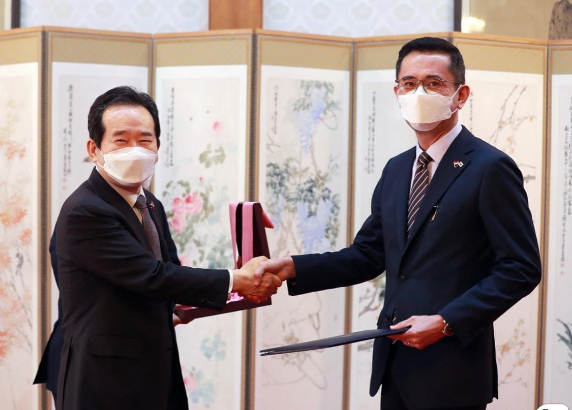Singaporean Ambassador to South Korea Eric Teo (right) receives the Order of Diplomatic Service Merit (First Class) Gwanghwa Medal from Prime Minister Chung Sye-kyun, presented on behalf of President Moon Jae-in, at the prime minister's residence in Seoul on March 31. (Embassy of the Republic of Singapore in Seoul)