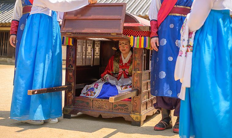 A Korean traditional wedding is reenacted at the Korean Folk Village in Yongin, Gyeonggi Province, in this promotional image from its homepage. (Korean Folk Village)