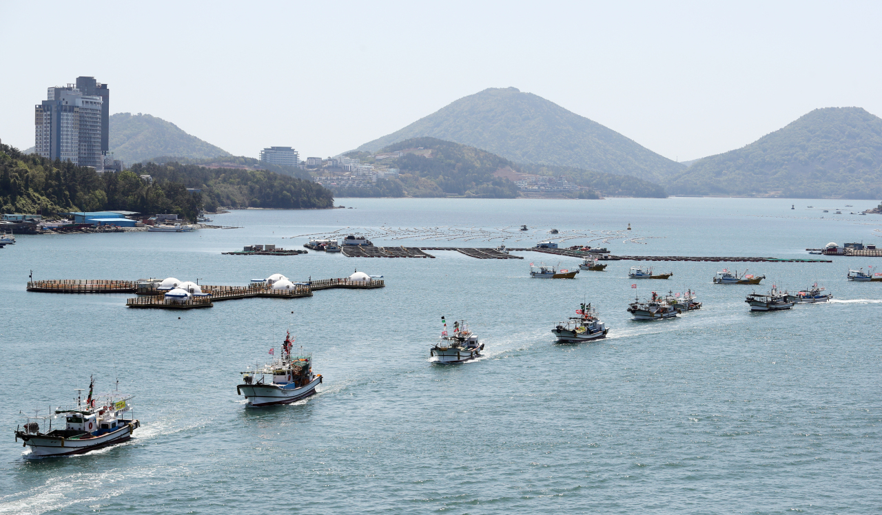 South Korean fishermen stage a maritime demonstration in the sea off Yeosu, southwestern South Korea, on Monday, to protest against Japan's decision to release contaminated water into the ocean. (Yonhap)