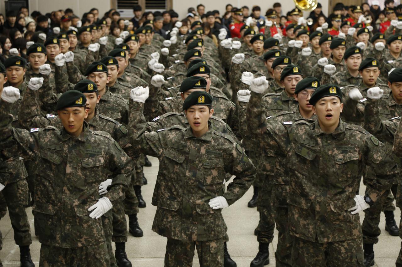 Army conscripts sing a marching song at a basic training graduation ceremony in Gwangju, Jan. 8, 2020. (Yonhap)