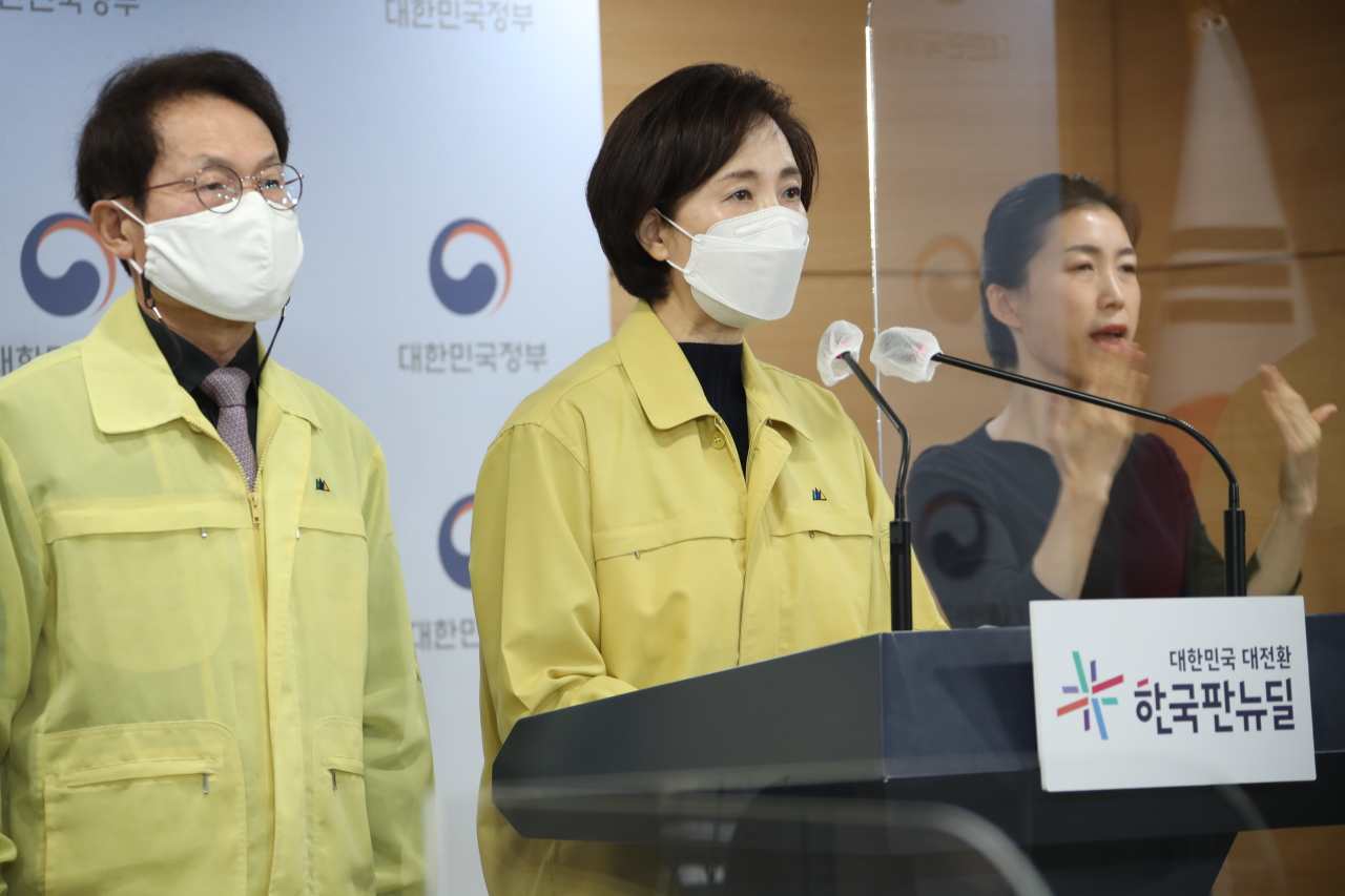Education Minister Yoo Eun-hae speaks during a press conference Wednesday held jointly with Seoul Metropolitan Office of Education Superintendent Cho Hee-yeon. (Yonhap)