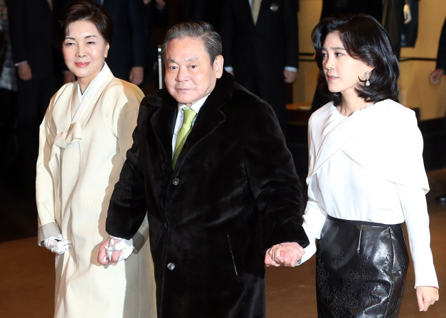 The late Samsung Chairman Lee Kun-hee attends a New Year's dinner for executives at the Hotel Shilla in Seoul in 2014 with his wife, Hong Ra-hee (left), former director of the Leeum, Samsung Museum of Art. (Yonhap)