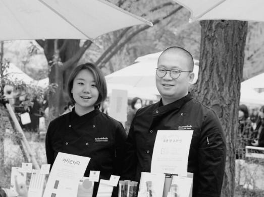 Cacaodada chocolate crafters Go Yu-rim (left) and Yoon Hyung-won opened their microbatch craft chocolate shop in Mapo-gu, Seoul, in 2016 (Photo credit: Cacaodada)