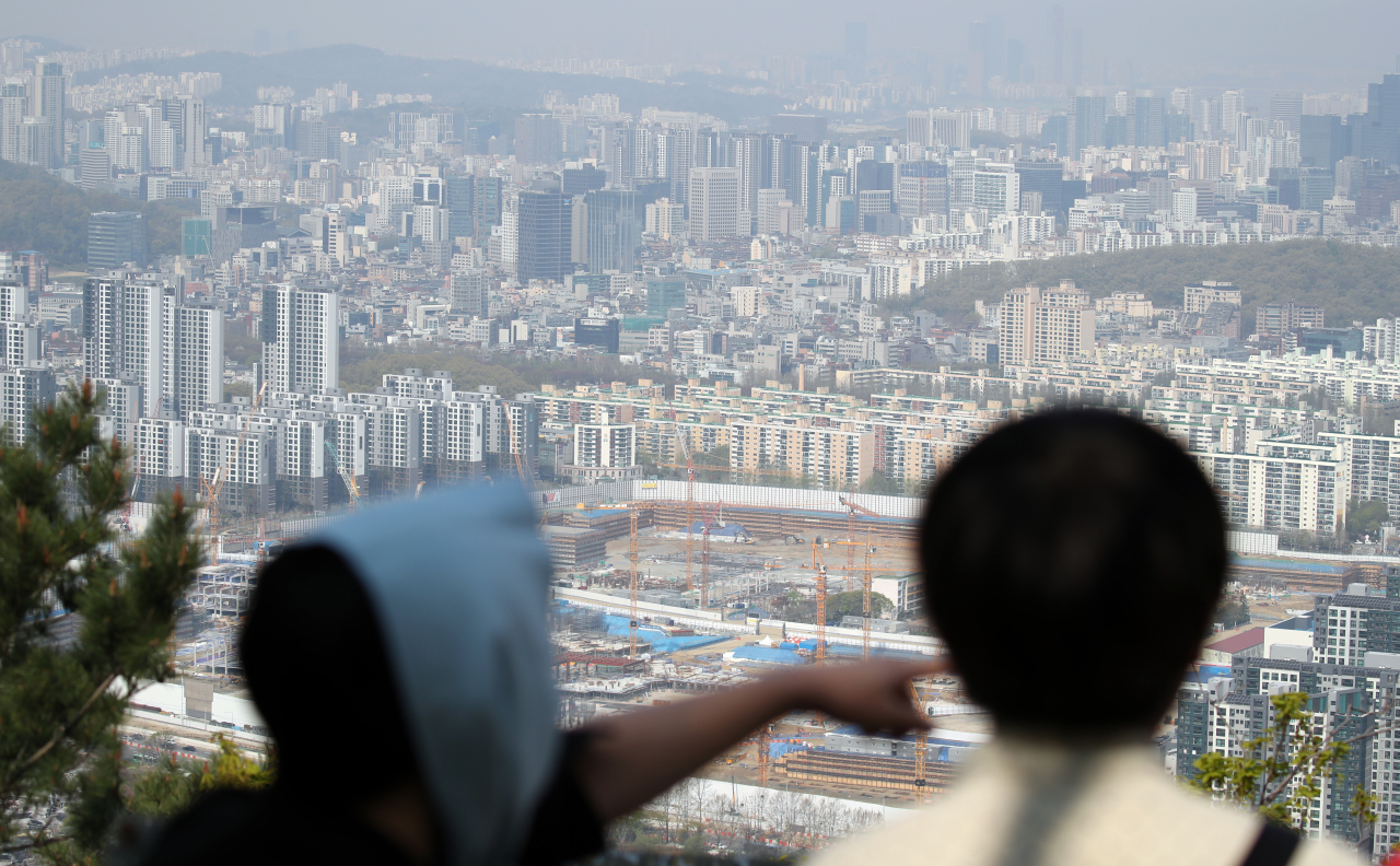Apartments in Gangnam are seen from Daemosan in Irwon-dong, Seoul, on April 11. (Yonhap)