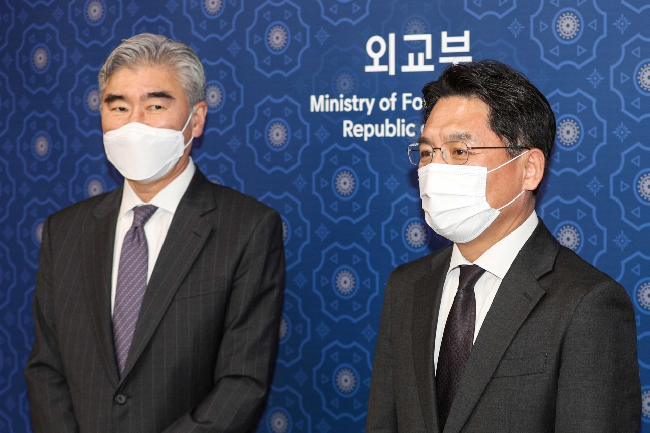 Noh Kyu-duk (R), South Korea's chief nuclear negotiator, poses for photo with Sung Kim, acting US assistant secretary of state for East Asian and Pacific affairs, at the foreign ministry in Seoul on March 19, 2021. (Yonhap)