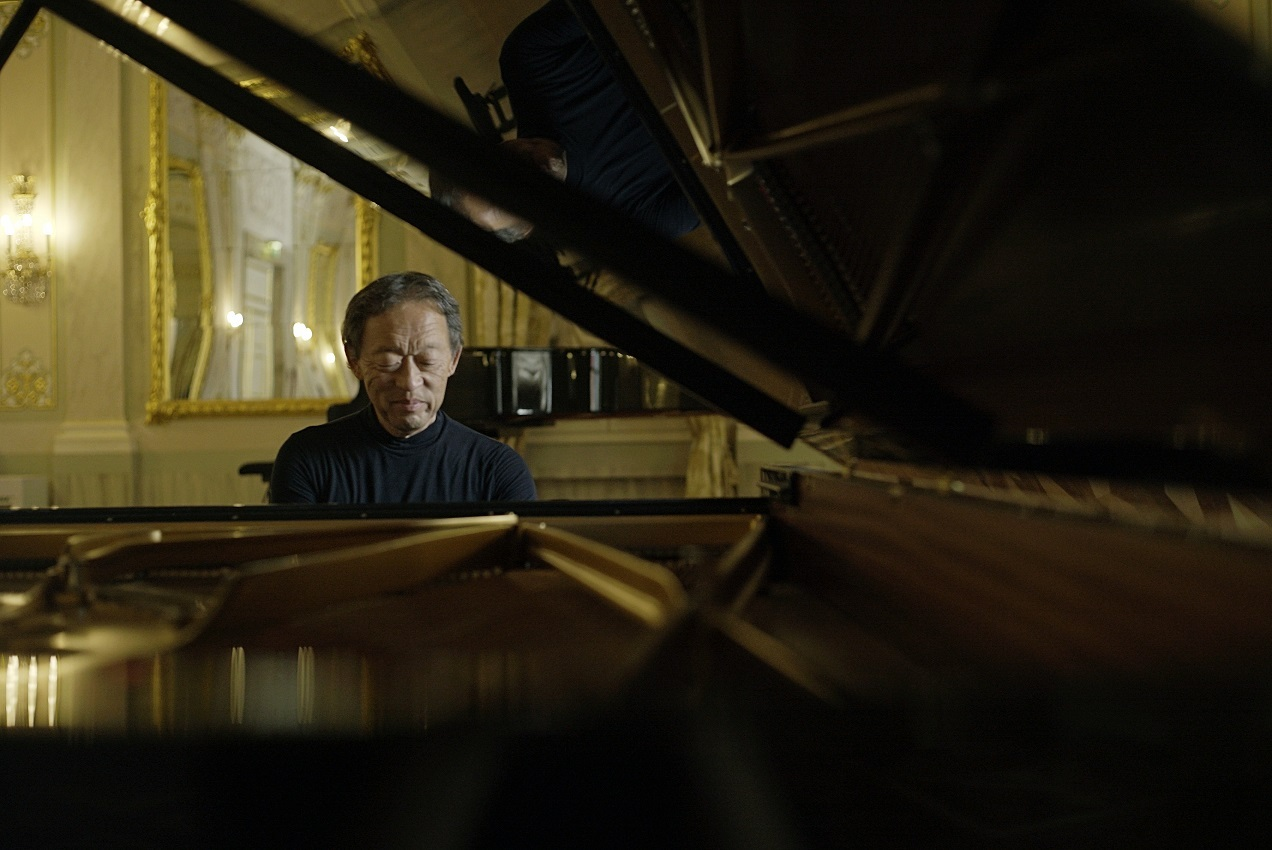 Chung Myung-whun plays the piano during a press conference held Thursday in Seoul. (Yonhap)