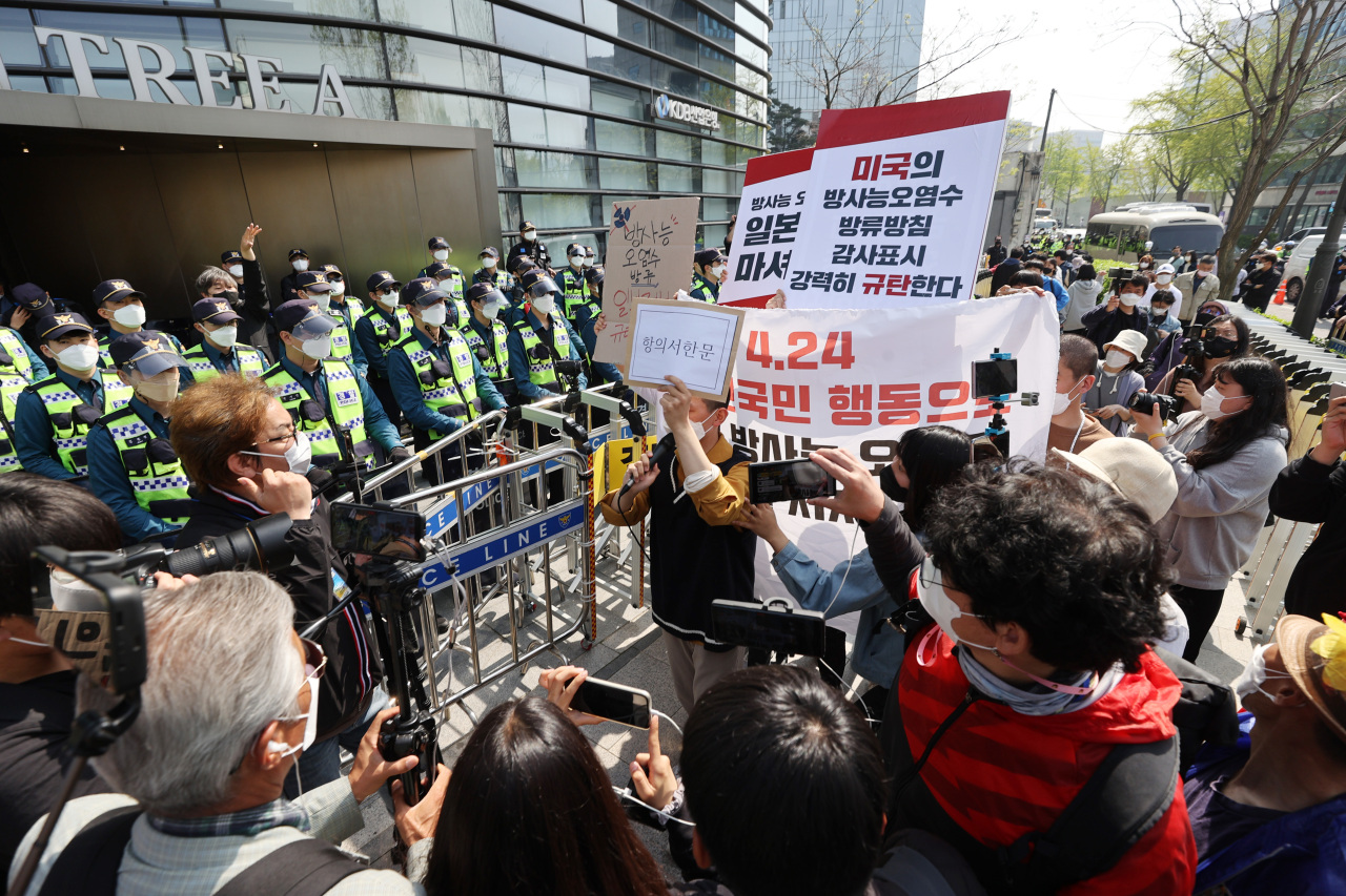 Police block a group of civic activists in front of the Japanese Embassy in Seoul on April 13, as the activists try to convey a letter of protest. Earlier that day the Japanese government announced its decision to dispose of radioactive water from the crippled Fukushima nuclear plant by dumping it into the Pacific Ocean. (Yonhap)